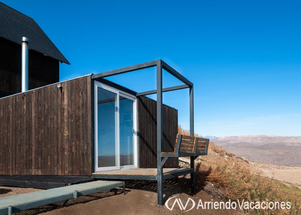 Casa en Fachada de la cabaña con terraza.CasaenFarellones